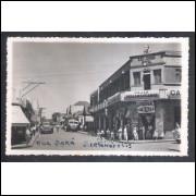 Foto Postal, anos 50, Sertanópolis, Rua Pará. Casas Pernambucanas e São Jorge Hotel.