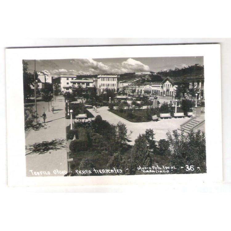to13 - Cartão postal antigo, Teófilo Otoni, Praça Tiradentes. Stúdio Foto Ideal Caratinga - 36 -