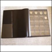 Álbum para 200 moedas, capa plástica com 10 folhas pvc e 9 folhas divisórias pretas.